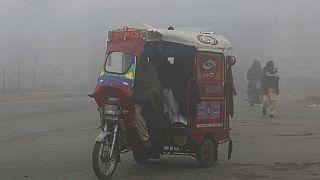 عربة ريكشو ذات الثلاث عجلات مستخدمة بشكل كبير في طرقات باكستان