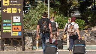 سياح يصلون إلى جزيرة تناريف ـ كناري. 2020/10/31