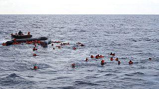 شاهد: عملية إنقاذ صعبة لمهاجرين كانوا على متن زورق قبالة السواحل الليبية
