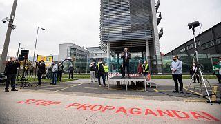 Ellenzéki tüntetés a közmédia székháza előtt