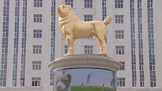 Az aranyozott kutyaszobor Aşgabat egyik főterén