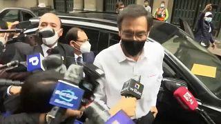 El expresidente peruano Martín Vizcarra rodeado de periodistas a su llegada a la sede de la Fiscalía