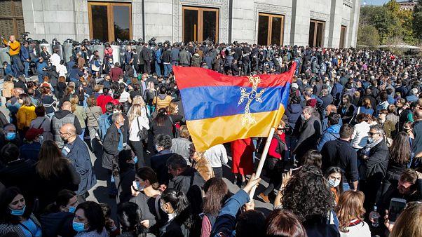 Miles de manifestantes protestan en Ereván, capital de Armenia