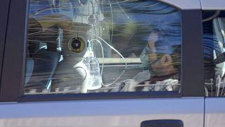 Un hombre recibe oxígeno en un coche aparcado fuera del Hospital Cotugno de Nápoles