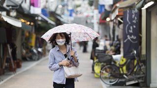 سيدة يابانية ترتدي كمامة في أحد أسواق العاصمة طوكيو