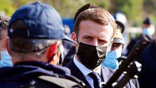 امانوئل ماکرون، رئیسجمهوری فرانسه و یکی از ماموران پلیس این کشور