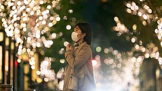 سيدة يابانية في شوارع طوكيو