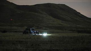 Армянские и российские военные осматривают место падения вертолета Ми-24.