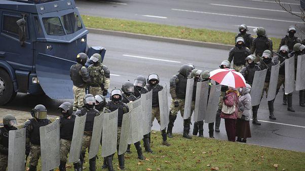 Rendőrsorfal zárja el a tüntetők útját Minszkben 2020. november 8-án