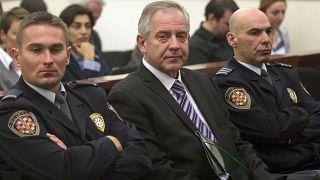 Hırvatistan'ın eski başbakanlarından İvo Sanader (ortada), görevini kötüye kullanmak ve yolsuzluk yapmak suçlarından 8 yıl hapse mahkum edildi