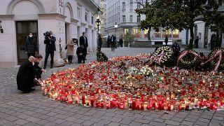 Az Európai Tanács elnöke, Charles Michel és Sebastian Kurz osztrák kancellár gyertyát gyújt a bécsi terrortámadás áldozataira emlékezve.