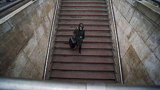 Magányosan az aluljáróba vezető lépcsőn - a szájmaszk már teljesen természetes látvány Budapest utcáin