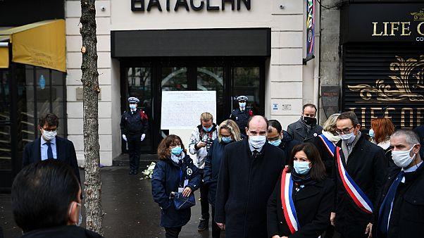 عمدة باريس آن هيدالغو ورئيس الوزراء الفرنسي جان كاستكس وعمدة الدائرة الحادية عشرة في باريس فرانسوا فوجلين يوجهون التحية خارج قاعة باتاكلان في باريس