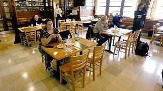Journalisten testen Mindestabstände in einem Restaurant in Wien, 14.05.2020