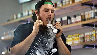 Devin Lambert, il manager di Good Guys Vape Shop, esala il vapore di una sigaretta elettronica a Biddeford, Maine (settembre 2019)