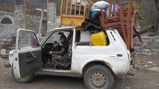 Cet homme s'apprête à quitter son village dans le Haut-Karabakh : la zone est désormais sous contrôle de l'Azerbaïdjan - le 13/11/2020