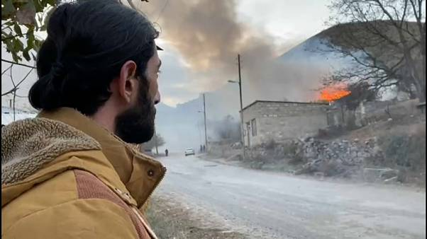 Hegyi-Karabah: felgyújtják a házaikat a menekülni kényszerülő örmények