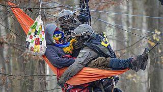 Polizisten gegen Protestierende im Dannenröder Forst