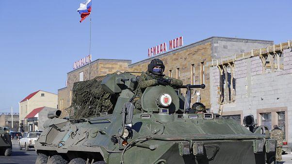 آليات تابعة للجيش الروسي تتوجه نحو منطقة النزاع في ناغورنو قره باغ