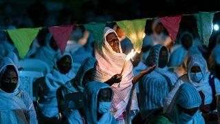 Cristianos ortodoxos etíopes rezan por la paz en la catedral de Medhane Alem, en la zona de Bole Medhanealem de la capital Addis Abeba, Etiopía, el  5 de noviembre de 2020.