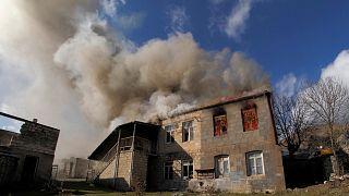 Dağlık Karabağ'dan ayrılan Ermeniler evlerini yakıyor