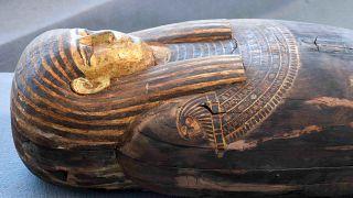 Sakkara nekropolünden çıkarılan 2 bin yıllık lahitlerden bir tanesi