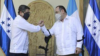 رئيس غواتيمالا أليخاندرو جياماتي مع رئيس هندوراس خوان أورلاندو هيرنانديز