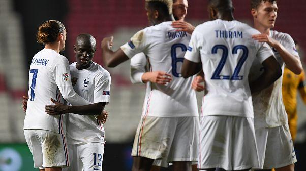 لاعبو المنتخب الفرنسي يحتفلون بفوزهم على البرتغال في دوري الأمم الأوروبية.