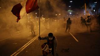Un manifestante sujeta una bandera de Perú durante las protestas