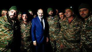 نخستوزیر ارمنستان در کنار نظامیان این کشور