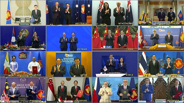 رهبران و وزرای تجارت ۱۵ کشور آسیایی و اقیانوسیهای پس از حصول توافق تجاری