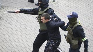 Belarus'ta 8 Kasım'da bir protestocu gözaltına alınıyor