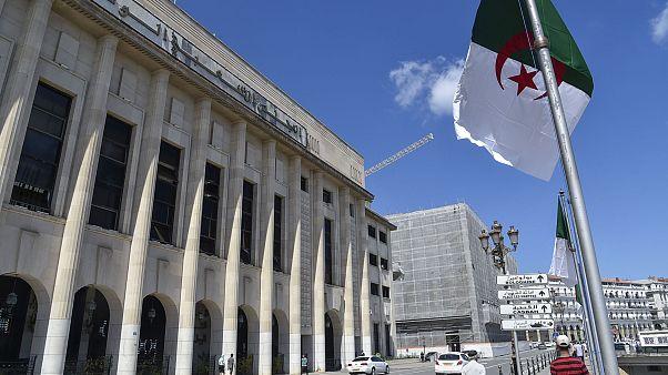 أمام مقر الجمعية الوطنية في العاصمة الجزائر