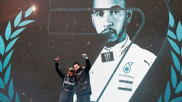 Lewis Hamilton e il team principal Mercedes Toto Wolff sul podio in Turchia