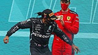 Weltmeister Lewis Hamilton feiert auf dem Podium in Istanbul. Sebastian Vettel applaudiert