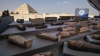 أناس ينظرون إلى توابيت اكتشفت في مقبرة سقارا من الجيزو في مصر. 2020/11/14