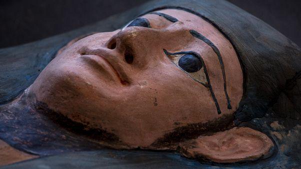 Egito revela a descoberta de mais de 100 sarcófagos intactos