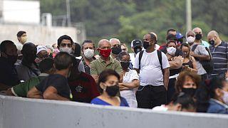Eleitores da favela da Rocinha, no Rio de Janeiro, aguardam na fila para votar