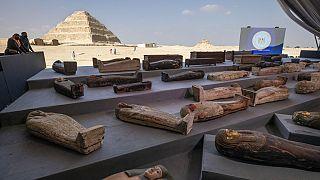 A leletek, háttérben Dzsószer fáraó lépcsős piramisa