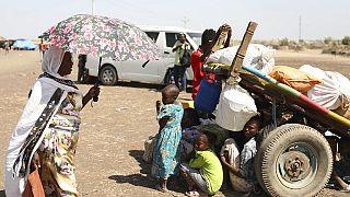 Geflüchtete aus Äthiopien warten in Hamyadet im Nachbarland Sudan auf ihre Registrierung durch das Flüchtlingshilfswerk der Vereinten Nationen
