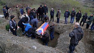 L'ultimo saluto a un soldato armeno ucciso durante il conflitto militare in Nagorno-Karabakh