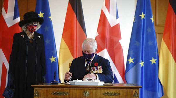 Le prince Charles et son épouse Camilla signent le livre d'or au château de Bellevue à Berlin, dimanche 15 novembre 2020