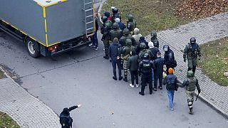 Gumilövedékkel és könnygázzal oszlatták Minszkben a tüntető tömeget