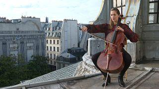 Cellistin Camille Thomas spielt auf dem Dach