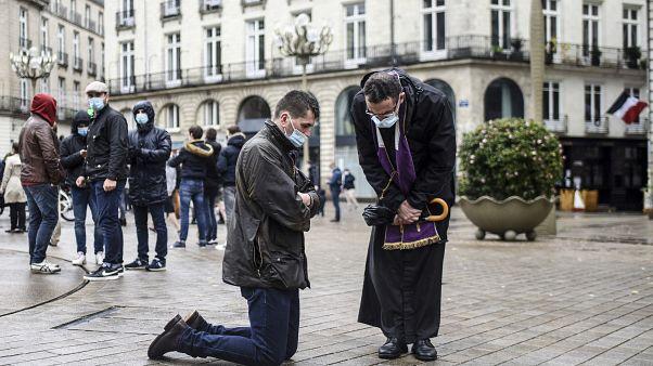 Tiltakoztak a francia katolikus hívők, amiért nem járhatnak misére