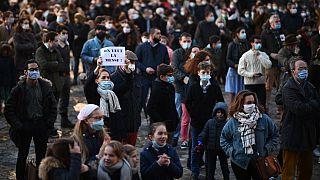 """Una donna tiene in mano un cartello con la scritta """"Vogliamo la messa"""", durante una protesta dei fedeli cattolici a Versailles, Francia"""