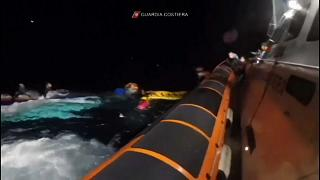 Die italienische Küstenwache bei der Rettung eines der 31 Schiffbrüchigen