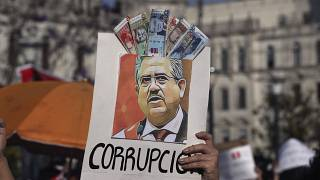 يتهم المتظاهرون ميرينو بالفساد