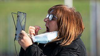 Uma mulher realiza um teste em si própria no primeiro dia do projeto piloto de Liverpool