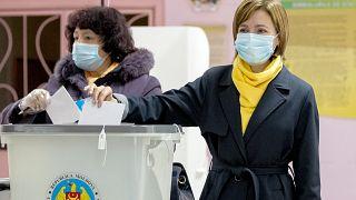 Maia Sandu vota en las elecciones del domingo